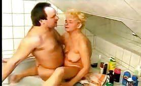 Oma hat in der Badewanne richtig Spaß